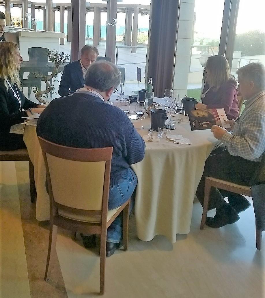 La commissione al lavoro durante le degustazione dei vini